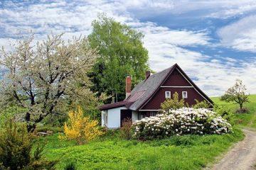 Une maison avec un beau jardin